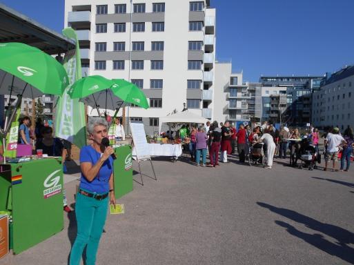 ParkfestKirschbluetenpark12sept2015_31_BirgitMeinhardSchiebelSprechendBlickRichtungAttemsgasse